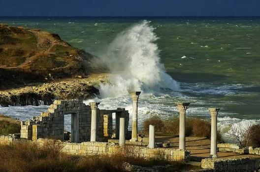 Многие думают, что эта визитная карточка Херсонеса - древнегреческий храм. На самом деле это византийская базилика.