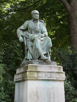 Памятник Ле Пле в Люксембургском саду в Париже